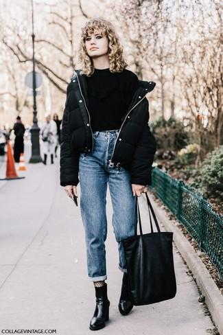 Comment porter: doudoune noire, pull à col rond à volants noir, jean boyfriend bleu, bottines en cuir noires