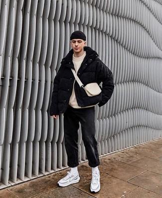 Comment s'habiller quand il fait froid: Marie une doudoune noire avec un jean gris foncé pour achever un look habillé mais pas trop. Pourquoi ne pas ajouter une paire de des chaussures de sport grises à l'ensemble pour une allure plus décontractée?
