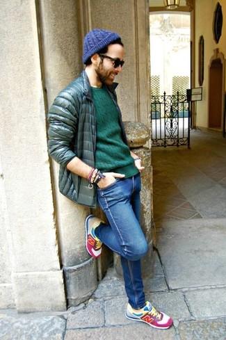 Comment porter: doudoune vert foncé, pull à col rond vert, jean skinny bleu, chaussures de sport multicolores