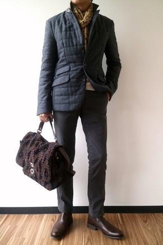 Comment porter: doudoune gris foncé, pull à col rond beige, pantalon chino gris foncé, bottines chelsea en cuir marron foncé