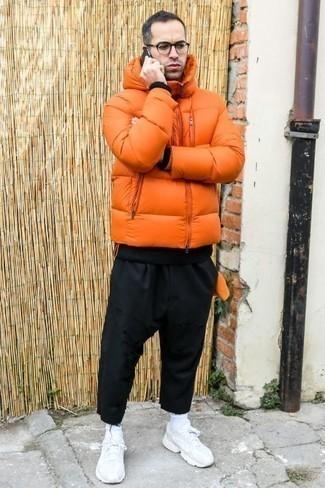 Tendances mode hommes: Essaie d'harmoniser une doudoune orange avec un pantalon chino noir si tu recherches un look stylé et soigné. Jouez la carte décontractée pour les chaussures et opte pour une paire de des chaussures de sport blanches.