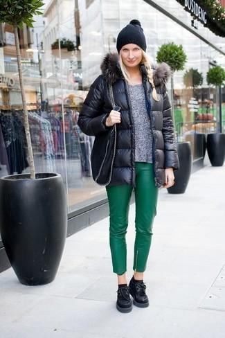 Comment porter: doudoune noire, pull à col rond gris, pantalon slim en cuir vert, chaussures richelieu en daim épaisses noires
