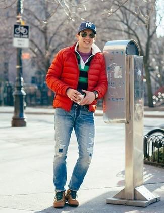 Comment porter: doudoune rouge, pull à col rond pourpre, polo à rayures horizontales bleu marine et vert, jean déchiré bleu