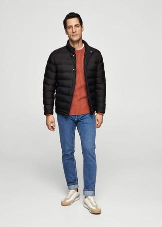 Comment porter: doudoune noire, pull à col rond orange, t-shirt à col rond blanc, jean bleu