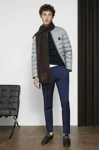 Comment porter un pantalon de costume bleu marine: Pense à associer une doudoune grise avec un pantalon de costume bleu marine pour une silhouette classique et raffinée. Une paire de des slippers en cuir noirs est une option avisé pour complèter cette tenue.