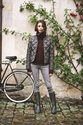 Comment porter: doudoune matelassée grise, pull à col roulé en tricot bordeaux, chemise de ville écossaise bleu marine, jean gris