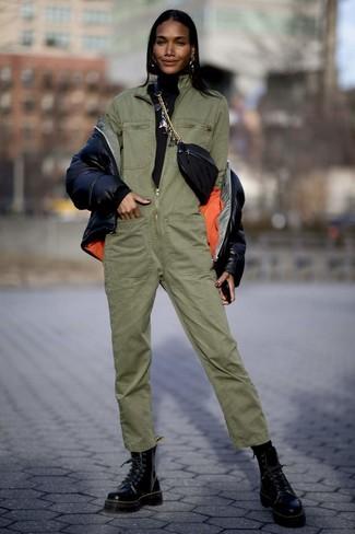 Comment porter: doudoune noire, pull à col roulé noir, combinaison pantalon olive, bottines plates à lacets en cuir noires