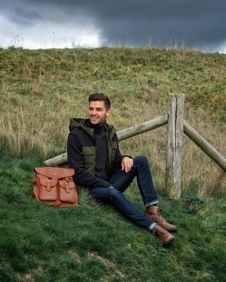 Comment porter: doudoune olive, pull à col roulé gris foncé, jean bleu marine, bottes de loisirs en cuir marron