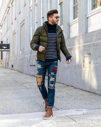 Comment porter: doudoune vert foncé, pull à col roulé à rayures horizontales bleu marine et blanc, jean à patchwork bleu, bottes brogue en cuir marron