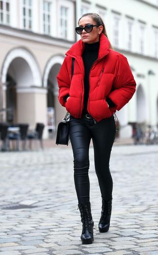 Comment porter: doudoune rouge, pull à col roulé noir, jean skinny noir, bottines à lacets en cuir noires