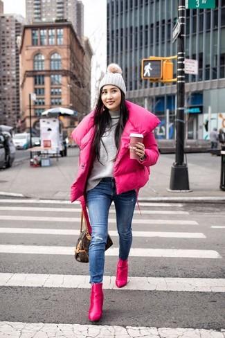 Comment porter: doudoune fuchsia, pull à col roulé gris, jean skinny déchiré bleu, bottines en cuir fuchsia