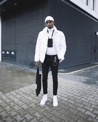 Comment porter: doudoune blanche, pull à col roulé blanc, jean skinny noir, baskets basses en cuir blanches