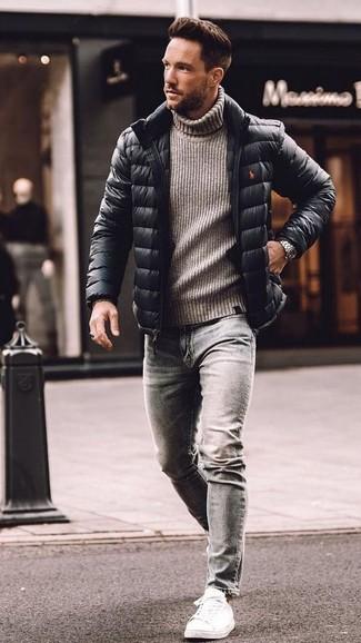 Comment porter: doudoune noire, pull à col roulé en laine en tricot gris, jean skinny gris, baskets basses en cuir blanches