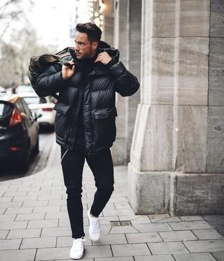 Comment porter: doudoune noire, pull à col roulé noir, jean skinny noir, baskets basses blanches