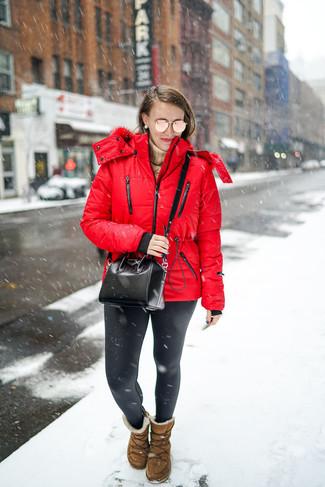 Comment porter: doudoune rouge, pull à col roulé marron clair, leggings en cuir noirs, bottes ugg marron