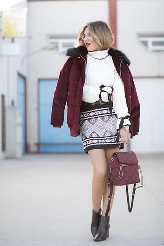 Comment porter: doudoune bordeaux, pull à col roulé en tricot blanc, minijupe géométrique noire, bottines en cuir noires