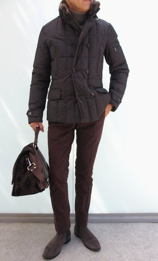 Comment porter: doudoune marron foncé, pull à col roulé marron, pantalon chino en velours côtelé bordeaux, bottines chelsea en daim marron foncé