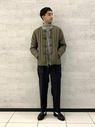 Comment porter un pull à col roulé en laine gris: Pense à marier un pull à col roulé en laine gris avec un pantalon chino à rayures verticales noir pour un déjeuner le dimanche entre amis. Habille ta tenue avec une paire de slippers en cuir noirs.