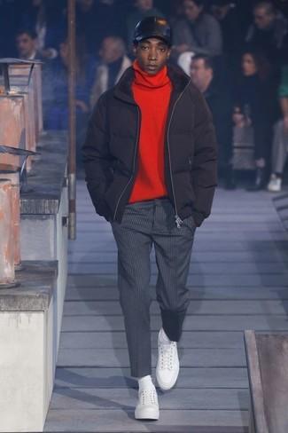 Comment porter: doudoune noire, pull à col roulé rouge, pantalon de costume à rayures verticales gris foncé, baskets basses en cuir blanches
