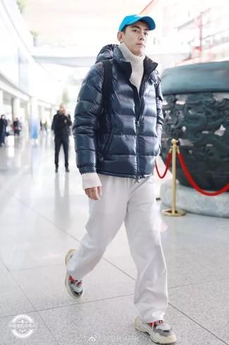 Comment porter: doudoune bleu marine, pull à col roulé en tricot blanc, pantalon de jogging blanc, chaussures de sport grises