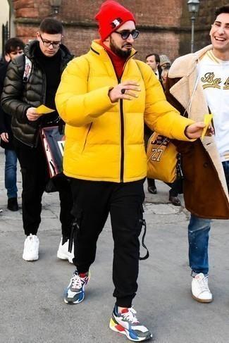 Comment porter un pantalon de jogging noir: Pour créer une tenue idéale pour un déjeuner entre amis le week-end, pense à marier une doudoune jaune avec un pantalon de jogging noir. D'une humeur audacieuse? Complète ta tenue avec une paire de des chaussures de sport multicolores.