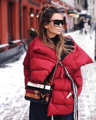 Comment porter: doudoune rouge, pull à col roulé noir, pantalon large en denim bleu marine, sac bandoulière en cuir multicolore