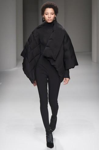 Comment porter: doudoune noire, pull à col roulé noir, pantalon slim noir, bottines en velours noires