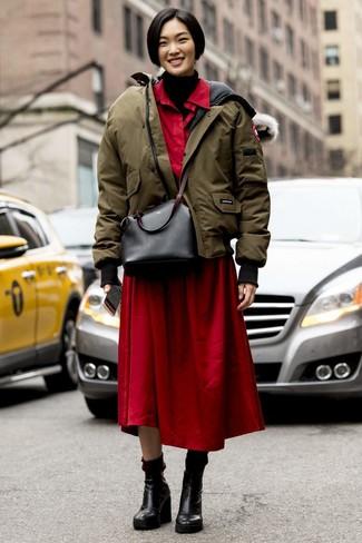 Comment porter: doudoune olive, pull à col roulé en tricot noir, robe chemise rouge, bottines compensées en cuir noires