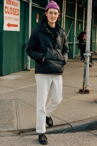 Comment porter un bonnet pourpre: Essaie d'harmoniser une doudoune noire avec un bonnet pourpre pour une tenue idéale le week-end. Jouez la carte classique pour les chaussures et complète cet ensemble avec une paire de bottines chukka en cuir noires.
