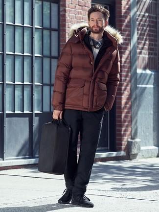 Comment porter: doudoune marron, pull à fermeture éclair noir, pull à col roulé blanc, pantalon chino noir