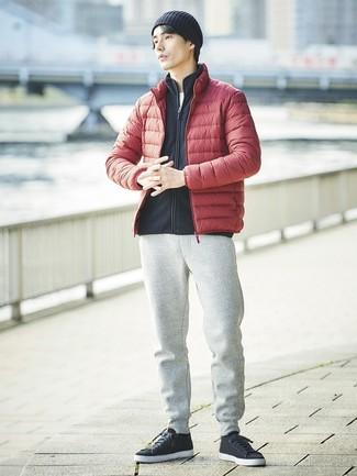Comment porter: doudoune rouge, pull à fermeture éclair en polaire noir, t-shirt à col rond blanc, pantalon de jogging gris