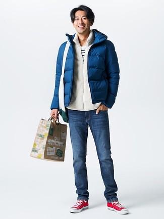 Comment porter: doudoune bleu marine, pull à fermeture éclair en polaire blanc, t-shirt à col rond à rayures horizontales blanc et noir, jean bleu marine