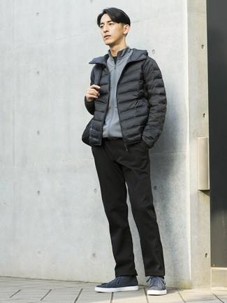 Comment porter: doudoune noire, pull à fermeture éclair gris, t-shirt à col rond noir, pantalon chino noir