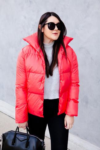 Comment porter: doudoune rouge, pull court gris, pantalon slim noir, sac fourre-tout en cuir noir