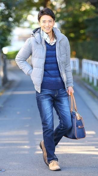 Comment porter un jean bleu: Associer une doudoune bleu clair avec un jean bleu est une option astucieux pour une journée au bureau. Une paire de des bottines chukka en daim beiges s'intégrera de manière fluide à une grande variété de tenues.