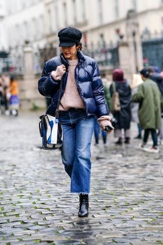Comment porter une jupe-culotte en denim bleu marine après 40 ans: Ce combo d'une doudoune bleu marine et d'une jupe-culotte en denim bleu marine dégage une impression très décontractée et accessible. Une paire de des bottines en cuir noires est une option avisé pour complèter cette tenue.