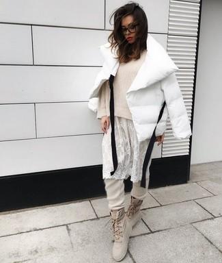 Comment porter: doudoune blanche, pull surdimensionné beige, robe débardeur en dentelle blanche, pantalon de jogging beige