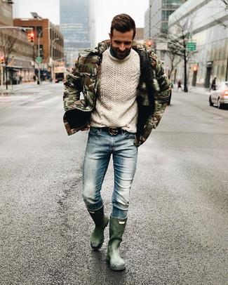 Comment porter: doudoune camouflage olive, pull torsadé blanc, jean bleu clair, bottes de pluie vert foncé