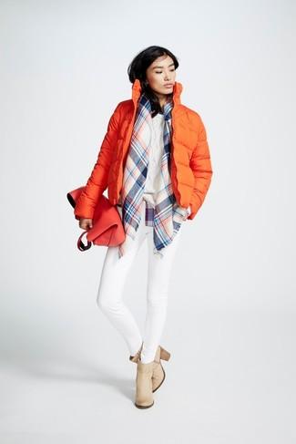 Comment porter: doudoune orange, pull torsadé blanc, jean skinny blanc, bottines en cuir beiges