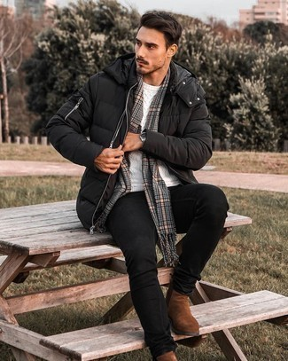 Comment porter un jean skinny noir: Pense à associer une doudoune noire avec un jean skinny noir pour un look de tous les jours facile à porter. Choisis une paire de bottines chelsea en daim marron pour afficher ton expertise vestimentaire.