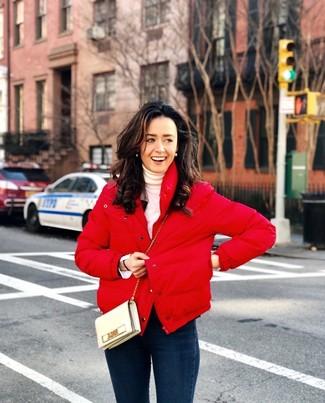 Comment porter: doudoune rouge, pull à col roulé blanc, jean skinny bleu marine, sac bandoulière en cuir beige