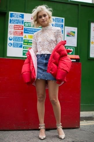 Comment porter: doudoune rouge, pull à col roulé en dentelle blanc, minijupe en denim bleue, escarpins pailletés dorés