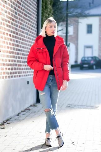 Comment porter un jean déchiré bleu clair: Associe une doudoune rouge avec un jean déchiré bleu clair pour une tenue idéale le week-end. Jouez la carte classique pour les chaussures et fais d'une paire de des chaussures richelieu en toile grises ton choix de souliers.