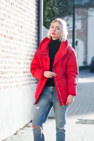 Comment porter: doudoune rouge, pull à col roulé noir, jean déchiré bleu