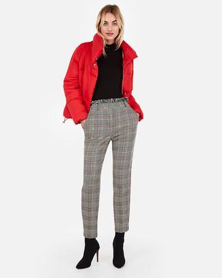 Comment porter: doudoune rouge, pull à col roulé noir, pantalon carotte écossais gris, bottines en daim noires