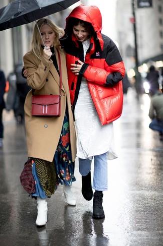 Comment porter: doudoune rouge, robe midi en velours blanche, jean bleu clair, bottines plates à lacets en cuir noires