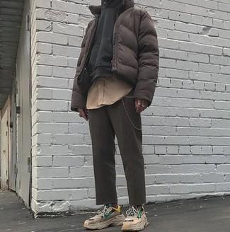 Comment porter: doudoune marron foncé, sweat à capuche noir, chemise à manches longues marron clair, pantalon chino gris foncé
