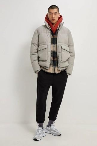 Comment porter des chaussettes gris foncé: Pour une tenue aussi confortable que ton canapé, pense à associer une doudoune grise avec des chaussettes gris foncé. Une paire de chaussures de sport grises s'intégrera de manière fluide à une grande variété de tenues.