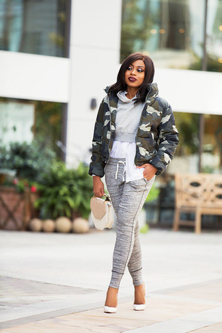 Comment porter un pantalon de jogging gris: Essaie de marier une doudoune camouflage olive avec un pantalon de jogging gris pour un look confortable et décontracté. Une paire de des escarpins en cuir blancs s'intégrera de manière fluide à une grande variété de tenues.