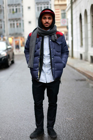 Comment porter: doudoune bleu marine, sweat à capuche noir, chemise en jean bleu clair, pantalon chino noir